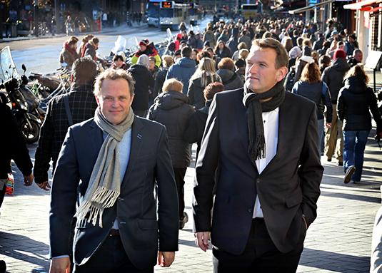 Jan-Kees Emmer En Sjuul Paradijs Van Trusted Media Lopen Zakelijk Gekleed Buiten.